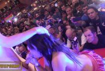 Novinha pagando boquete em show em cima do palco
