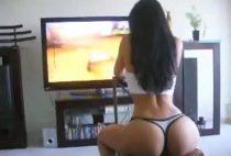 A vizinha gostosa jogando video game peladinha